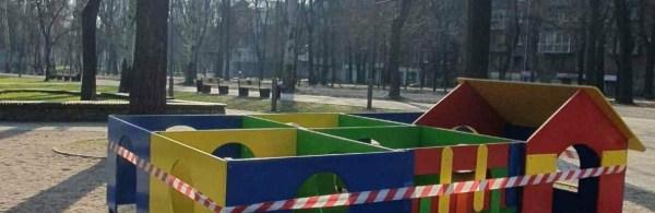"""В """"красном"""" Запорожье детские площадки оградили сигнальной ..."""
