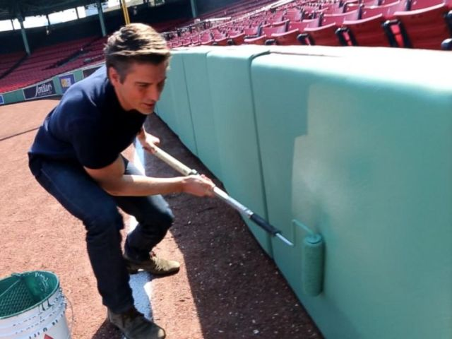PHOTO: ABC News David Muir checks out Benjamin Moores Fence Green paint with painter Bob Devlin.