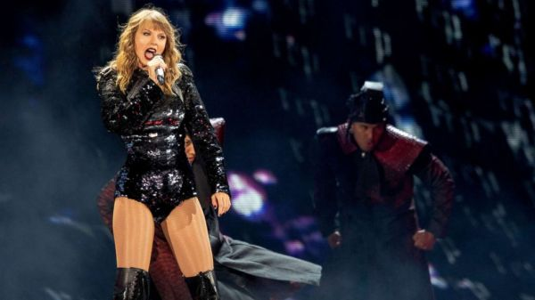 Taylor Swift shows LGBT support at Chicago concert during ...