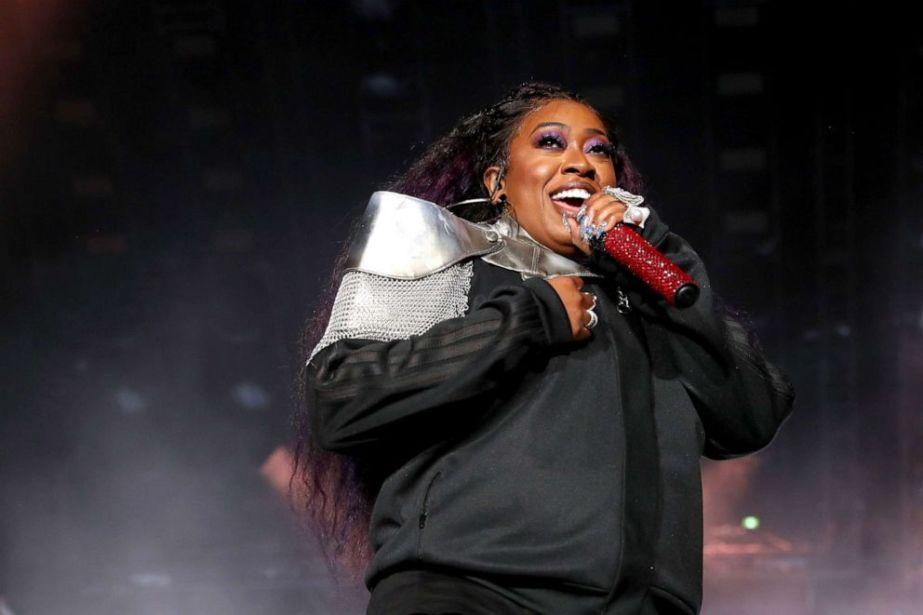 ФОТО: Мисси Эллиотт выступает на сцене во время фестиваля ESSENCE в 2019 году, представленного Coca-Cola, выступает на сцене во время концерта в Superdome в Луизиане 5 июля 2019 года в Новом Орлеане, штат Луизиана.