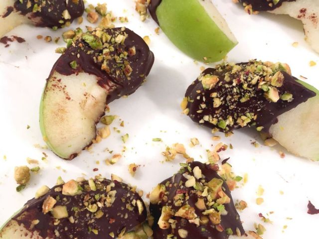 PHOTO: Dark chocolate-dipped apples with pistachios from The Beauty Diet.