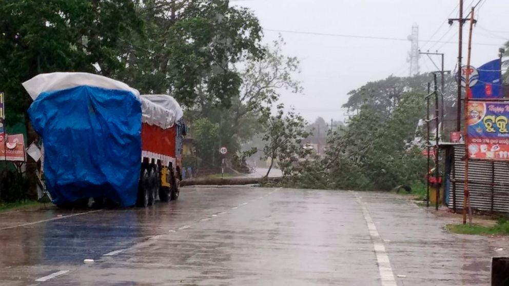 Cyclone dumps rain on India, Bangladesh, 2M head to shelters thumbnail