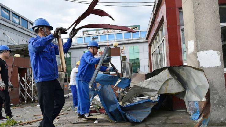 Los trabajadores limpian los escombros en una fábrica que resultó dañada por un tornado en el municipio de Shengze en Suzhou, en la provincia de Jiangsu, en el este de China, el sábado 15 de mayo de 2021. Dos tornados mataron a varias personas en el centro y este de China y dejaron cientos de