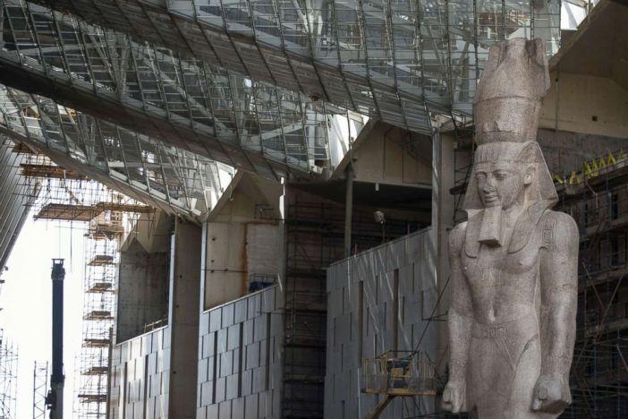 O colosso do faraó Rei Ramsés II será visto em exposição permanente no Grande Museu Egípcio, em Gizé, no Egito