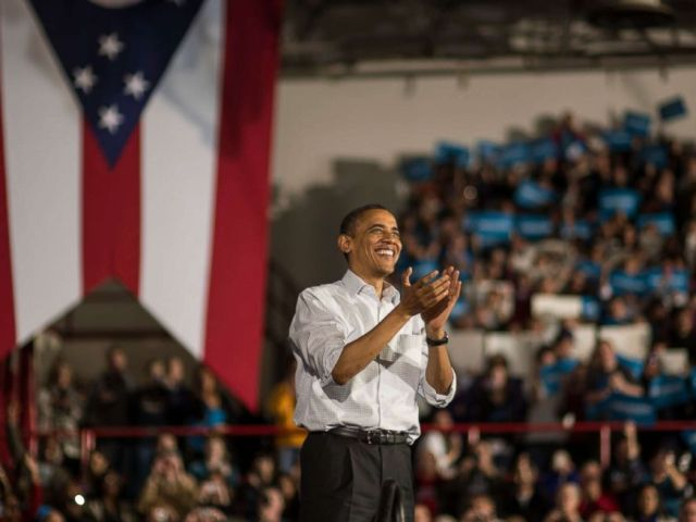 PHOTO: President Barack Obama wraps up his speech during a campaign stop in Mentor, Ohio, on Nov. 3, 2012.