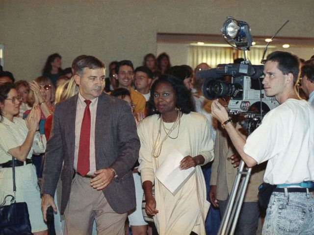 PHOTO: Oklahoma law professor Anita Hill is applauded by students as she arrives for a short news conference at the University of Oklahoma, Oct. 15, 1991.