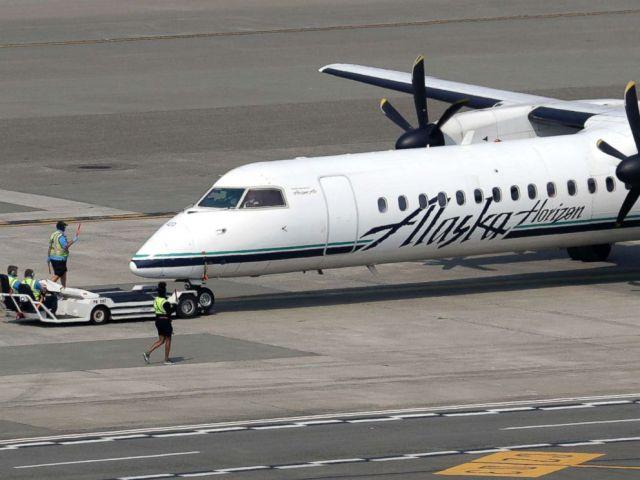 FOTO: Un avión turbohélice Horizon Air Q400, parte de Alaska Air Group, es trasladado a su posición por los trabajadores del aeropuerto en el Aeropuerto Internacional de Seattle-Tacoma en SeaTac, Washington, 13 de agosto de 2018.