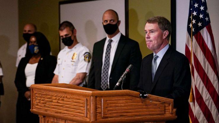 FOTO: El alcalde de Indianápolis, Joe Hogsett, habla en una conferencia de prensa luego de un tiroteo en una instalación de FedEx en Indianápolis, el 16 de abril de 2021.