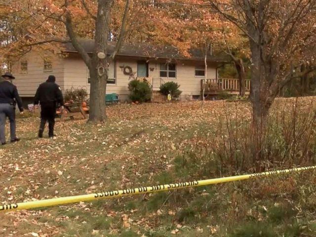 PHOTO: Les autorités chez James et Denise Closs, retrouvées mortes lundi à Barron, dans le Wisconsin. Leur fille Jayme Closs, âgée de 13 ans, avait disparu.