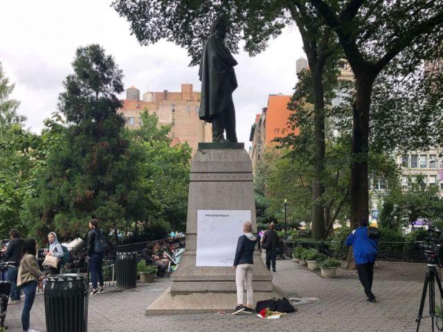 FOTO: Una fotografía que muestra una hoja grande de papel que fue grabada en un monumento el 28 de septiembre de 2018 en Union Square donde se registraron los comentarios.