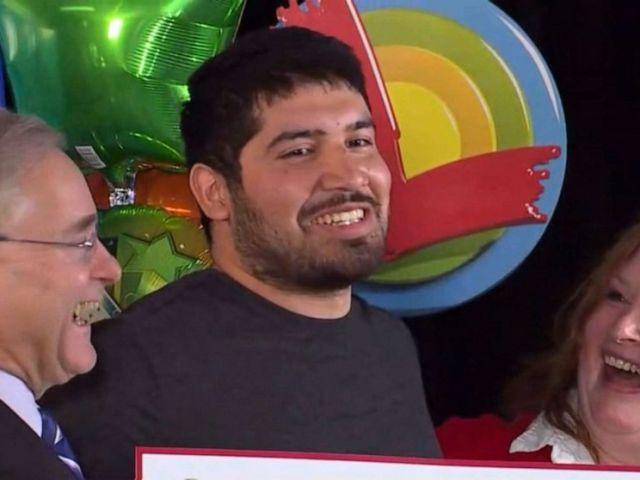 FOTO: Manuel Franco wird am 23. April 2019 während einer Pressekonferenz in Madison, Wisconsin, zum Gewinner eines Powerball-Jackpots in Höhe von 768 Millionen US-Dollar ernannt.