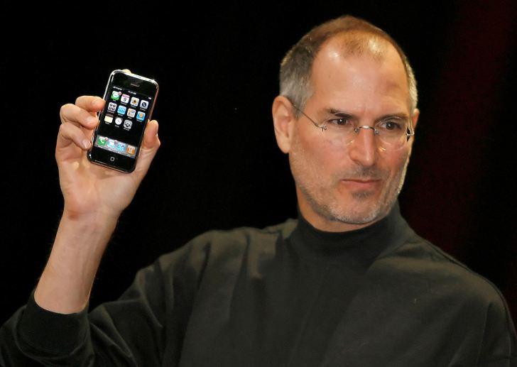 2007年6月29日、Apple社からiPhoneが発売された。1月の制作発表では、当時CEOだったスティーブ・ジョブズが「電話を再発明する」とプレゼンした。