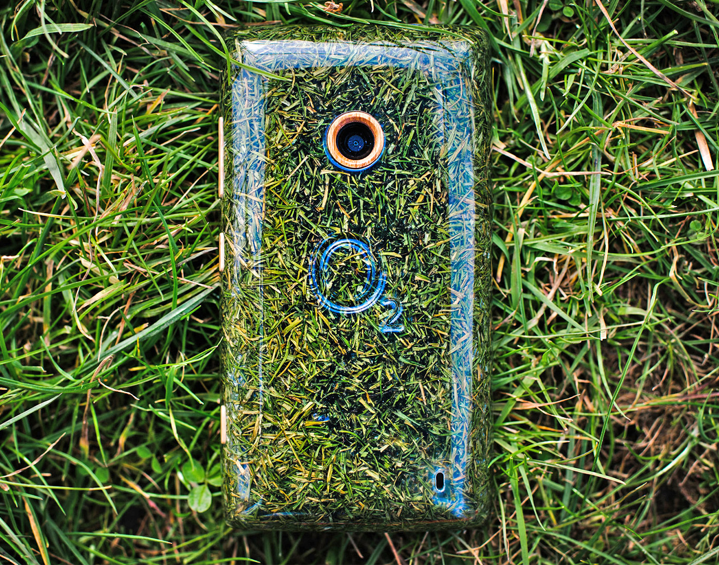 O2 Recycle phone made from freshly cut grass