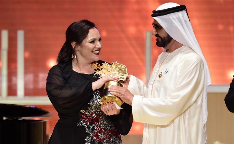 優勝してトロフィーをもらうアンドリア・ザフィラクさん=Global Teacher Prizeのサイトから
