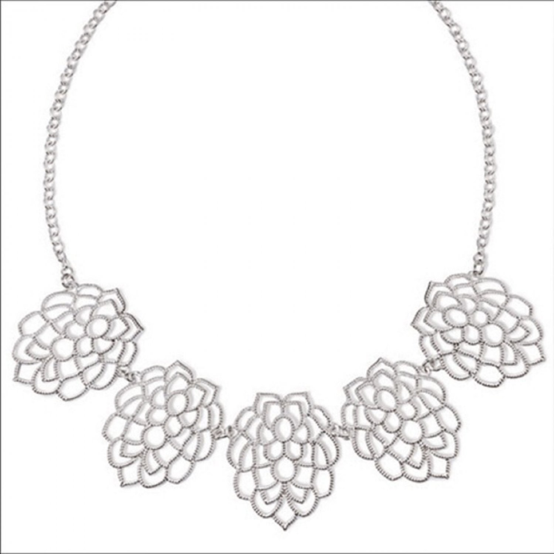 Avon Monarch Petals Collar Necklace Amp Earrings Set