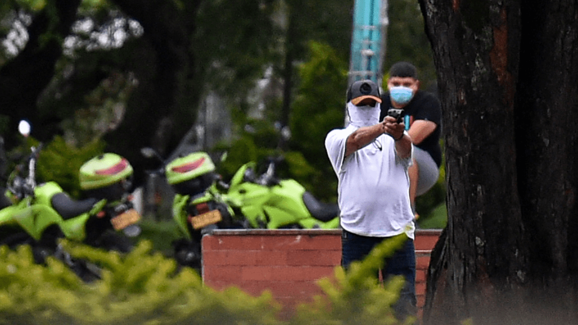 A civilian shoots at a demonstration in the framework of a new protest against the Government of Colombian President Iván Duque, in Cali, Colombia, on May 28, 2021.