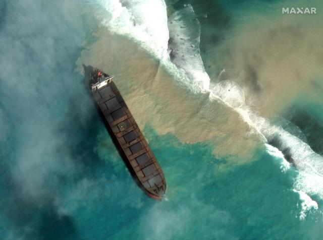 Le vraquier MV Wakashio s'est échoué le 25 juillet, mais il a fallu attendre plusieurs jours avant que les autorités mauriciennes ne constatent que les tonnes d'hydrocarbures s'échappaient de sa coque.