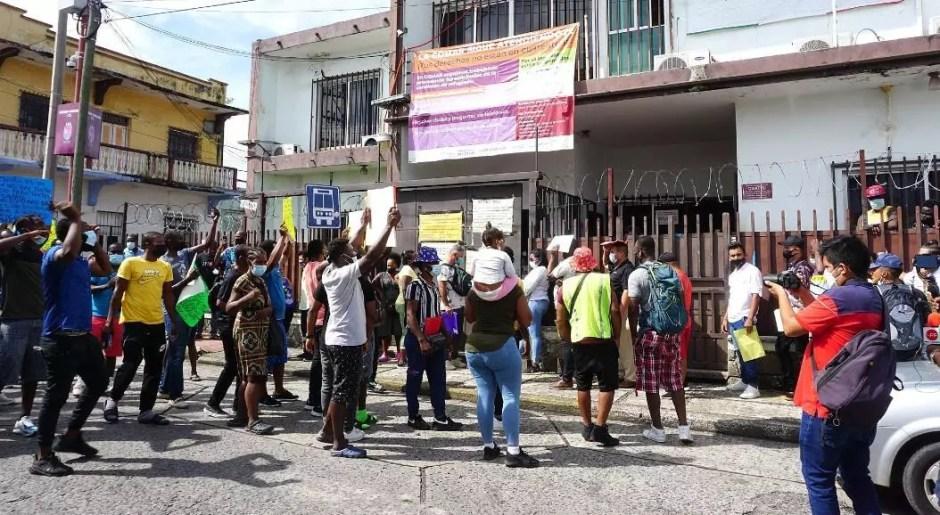 Grupos de migrantes, la mayoría haitianos, protestan de forma pacífica frente a las oficinas Instituto Nacional de Migración (INM) en Tapachula, estado de Chiapas, México, el 25 de agosto de 2021. La situación de cientos de migrantes varados en la ciudad, en la frontera con Guatemala, se ha agudizado en medio de reclamos al Instituto Nacional de Migración (INM), por lentitud en los trámites de solicitud de refugio.