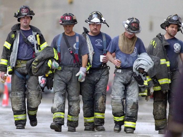 En esta foto de archivo tomada el 13 de septiembre, cinco bomberos abandonan el área de rescate cerca del World Trade Center después de su turno en Nueva York.
