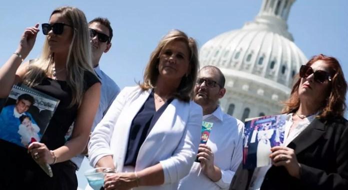 Terry Strada (centro), quien perdió a su esposo Tom Strada en los atentados del 9/11 y presidenta de la organización Familias y Sobrevivientes del 11 de septiembre Unidos por la Justicia contra el Terrorismo, junto a otros familiares de víctimas de los atentados. Durante una rueda de prensa en el Capitolio, en Washington, EE. UU., el 5 de agosto de 2021.