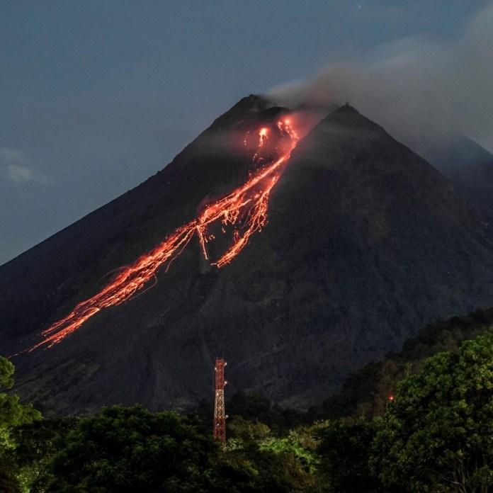 Indonesia Volcano Erupts Spews Red Hot Lava France 24