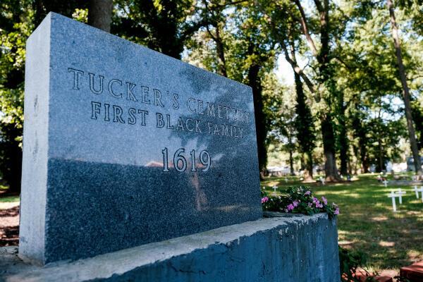 """Dans le cimetière de Hampton, une stèle a été apposée en mémoire de la famille de William Tucker, """"la première famille noire"""". Ses parents auraient fait partie du bateau arrivé en 1619."""
