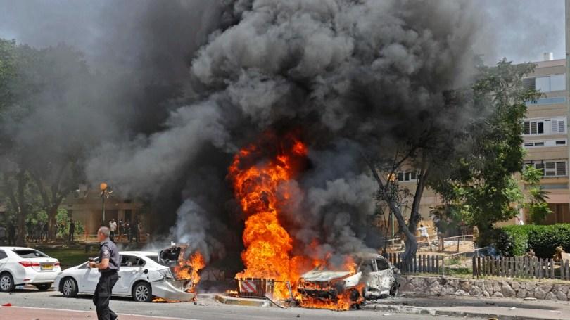 Une véhicule explose après le tir d'une roquette depuis la bande de Gaza, le 11 mai 2021.