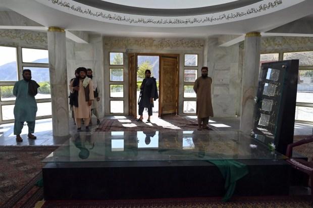 مقاتلون طالبان في مرقد قائد المقاومة في بانشير أحمد شاه مسعود في ساريشا في 15 أيلول/سبتمبر 2021