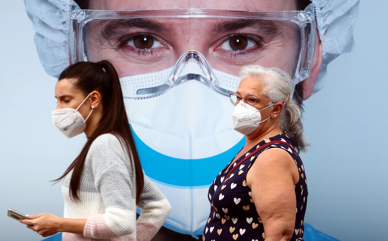 Ciudadanas que llevan puestas mascarillas caminan en Madrid, España, el 18 de septiembre de 2020.