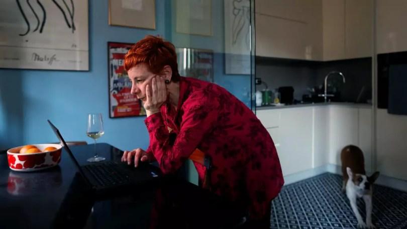 Francesca Valagussa, de 40 años, trabaja en su casa a la hora del almuerzo, en Roma, Italia, el 16 de marzo de 2020 debido a la pandemia que azota con fuerza a Italia.
