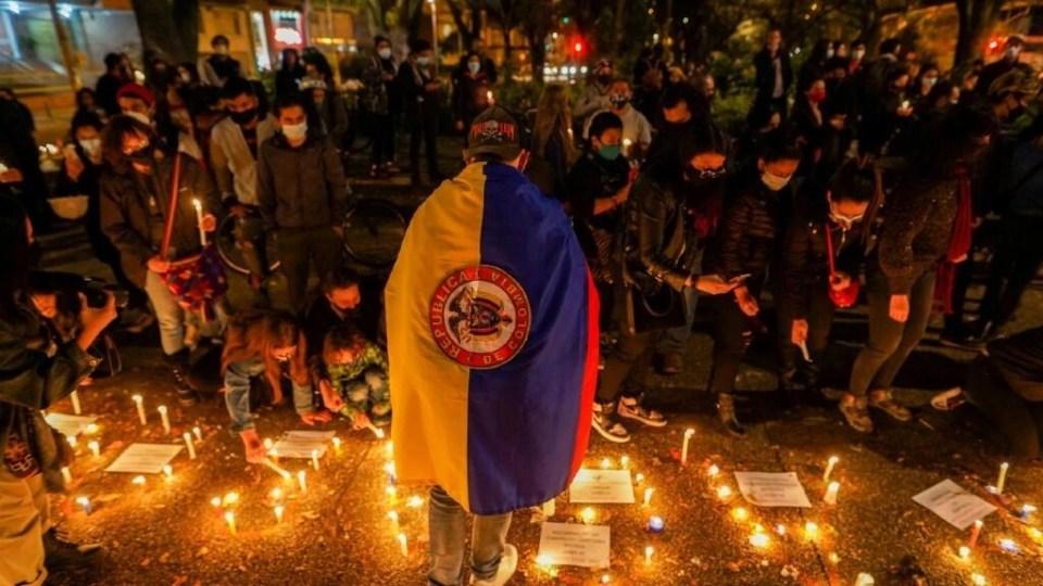 Varios manifestantes realizan un velatón en el que exigen responsabilidad por los fallecidos y los heridos durante las protestas. En Bogotá, Colombia, el 6 de mayo de 2021.