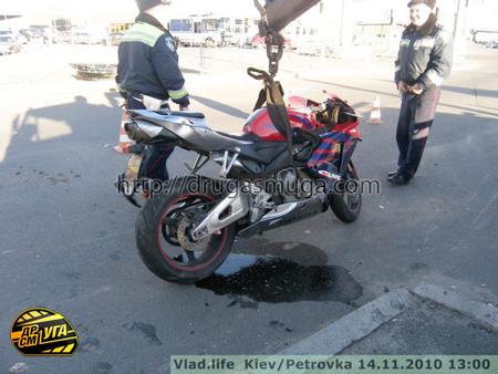Киев. Мотоциклист от всей души ударил иномарку в зад. Фото ...