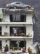 Tsunami passa e carro fica em cima de prédio (Hiroaki Ono/AP)