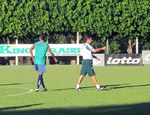 Técnico Artur Neto dá instruções durante o treino (Foto: Marcelo Prado / GLOBOESPORTE.COM)