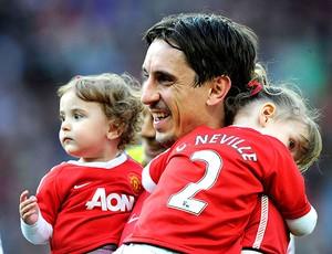 Gary Neville com os filhos na partida de despedida do Manchester United (Foto: Reuters)