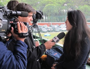 reporter chinesa treino fluminense (Foto: Edgard Maciel de Sá / Globoesporte.com)