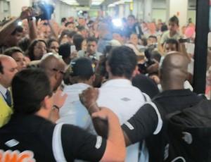Neymar e Ganso no desembarque do Santos (Foto: Adilson Barros/Globoesporte.com)