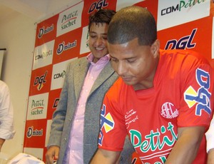 Marcelinho Carioca assina contrato com América-SP (Foto: Alan Schneider)