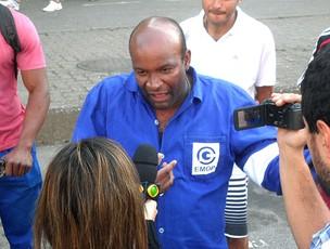 operário passa mal durante greve do Maracanã (Foto: André Casado / Globoesporte.com)