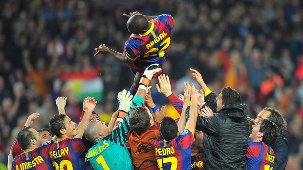 Jogadores do Barcelona comemoram classificação com Abidal (Foto: AFP)