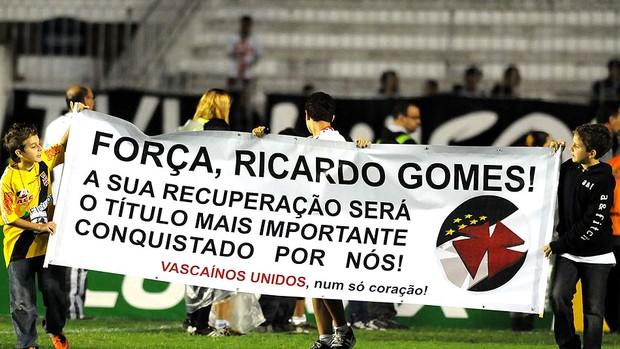 torcida do Vasco com cartaz de apoio a Ricardo Gomes (Foto: André Durão / GLOBOESPORTE.COM)