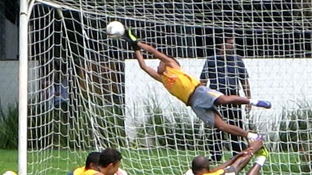 Neymar goleiro no treino do Santos (Foto: Marcelo Hazan / Globoesporte.com)