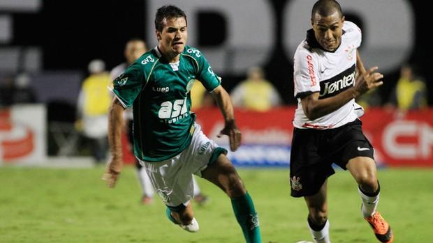 Danilo Sacramento do Guarani e Luis Ramirez do Corinthians (Foto: Rahel Patrasso / Ag. Estado)