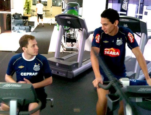 Tiago Leifert visita o Santos e faz fisioterapia com Ganso