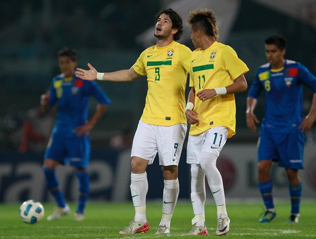 Pato Neymar gol Brasil x Equador (Foto: AP)