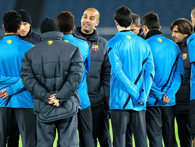 Pep Guardiola no treino do Barcelona no Japão (Foto: AP)