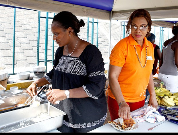 Clotilde Drogba, mãe de Drogba, serve comida para os torcedores da Costa do Marfim (Foto: AP)