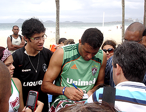 Washington Fluminense dando autógrafos em treino