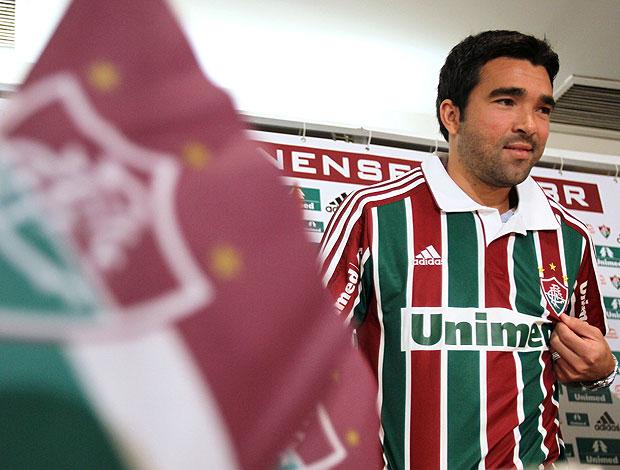 Deco sendo apresentado no Fluminense