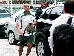 Emerson chegando no treino do Fluminense